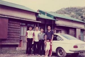 近くの古仁屋高校のメンバー  左からJR6BUS.JR6BUR.JR6CPDそしてJH6VLL